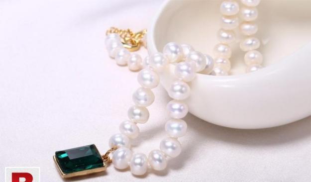 Pearl necklace with stone (zircon) pendant