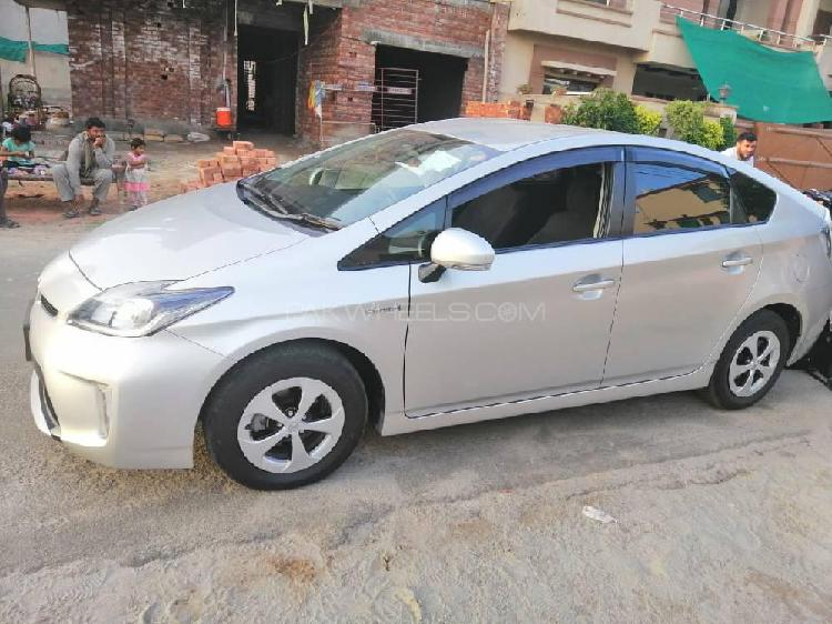 Toyota prius s touring selection 1.8 2015