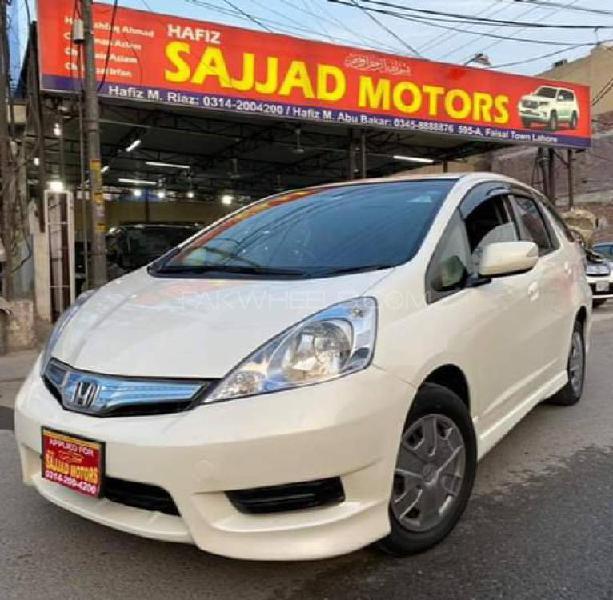 Honda fit 1.5 hybrid smart selection 2011
