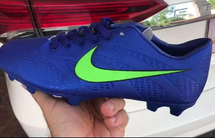 Football shoes viola color